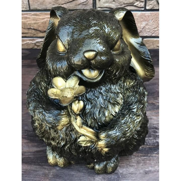 Статуэтка пухлого зайца с цветком