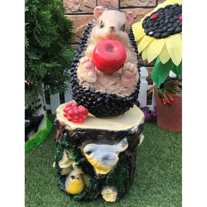 Садовая фигура Ёжик с яблоком на пне