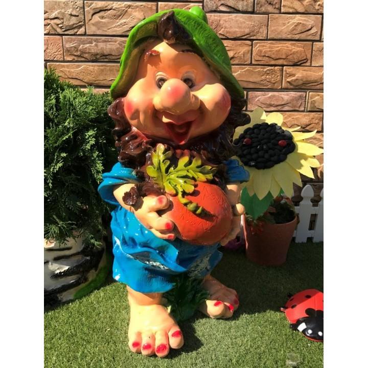 Садовый гном с овощем